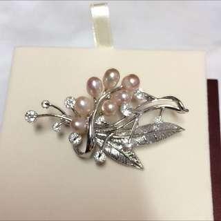 粉紅色珍珠襯圓形閃石襟針