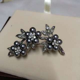 灰銀色珍珠襟針