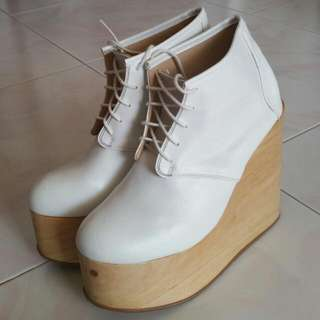 27f334811096 Deandri Olga White Wedge Boots Heels Natural Wood Size7