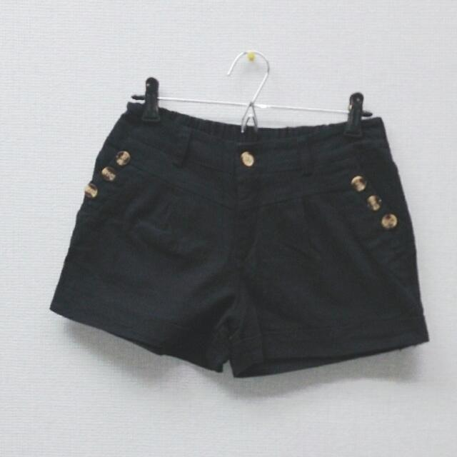 黑色鈕釦裝飾短褲