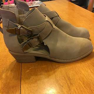 Ladies Size 8 Boots