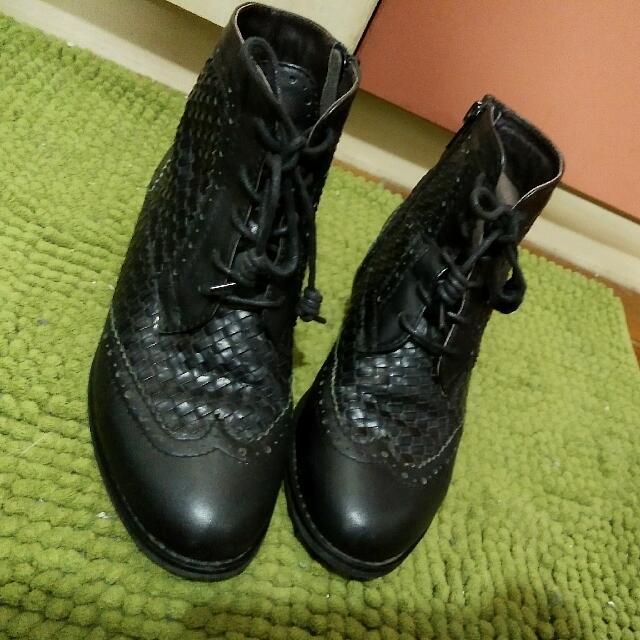 Beso 真皮 編織黑色雕花短靴 5號 (適合22.5-23.5號)
