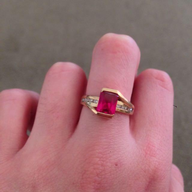 Beautiful 9k Gold And Diamond Ring