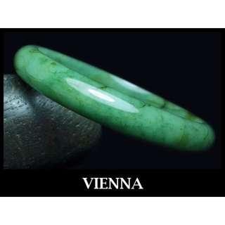 《A貨翡翠》【VIENNA】《手圍19.4/11mm版寬》緬甸玉\冰種濃郁葉綠飄花\玉鐲\手鐲O-050