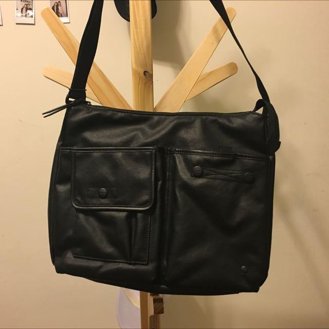 正品 Porter 男女斜背包皮革素黑基本款 可當書包 放的下A4