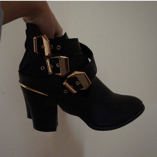 🐽VALLEYGIRL Black Boot With Gold Buckles
