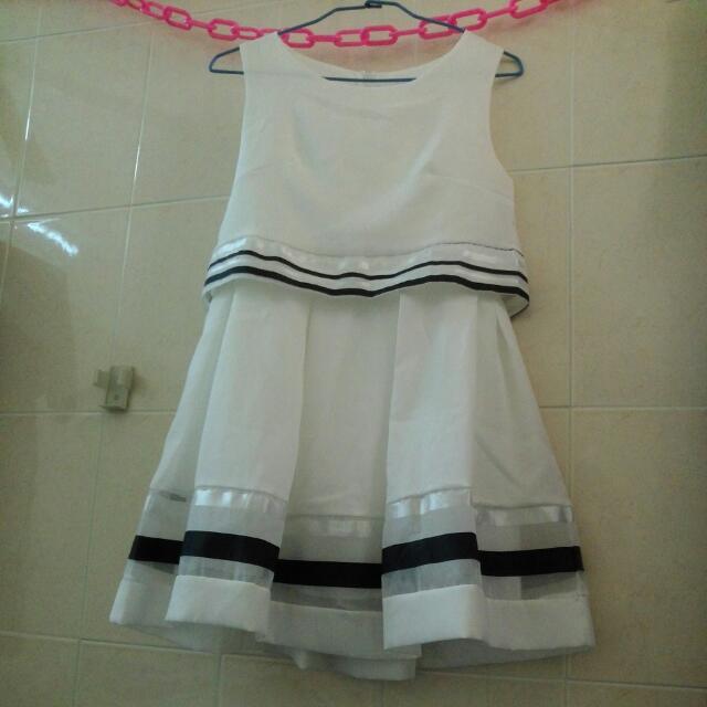 白色連身洋裝