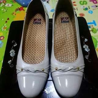 阿瘦牌低根鞋(米白)
