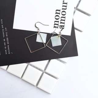 極簡鏤空方形貝殼耳環