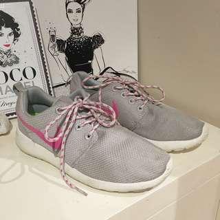 *Pending* Women's Nike Roche's Size 7