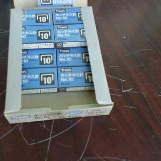訂書針(不小心就買太多的商品)10圓一小盒,全部剩14盒。全買120圓。