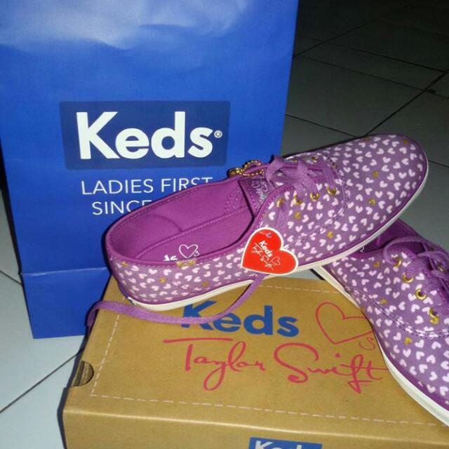 "Sepatu Merk ""KEDS"" Edisi Taylor Swift"
