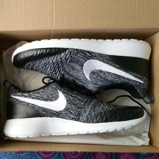 Nike Roshe Black And White Flyknit