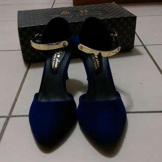 #你喜歡我送你深藍色低跟鞋