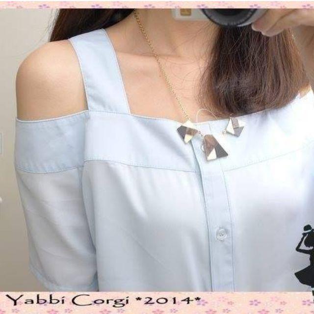 【日本美款 雪紡襯衫式露肩設計上衣 淺藍】