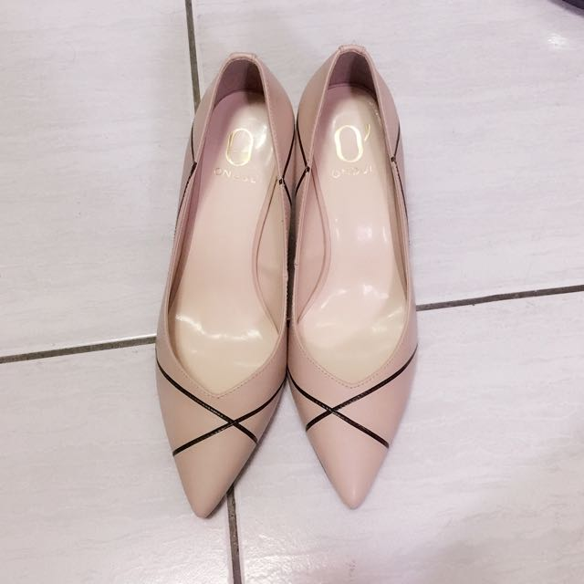 轉賣全新23.5號達芙妮x高圓圓 圓漾系列幾何線條尖頭高跟鞋-都會杏