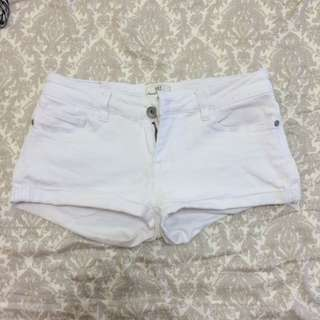 低腰白色短褲