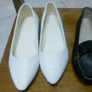 全新 女鞋尖頭粗跟低跟高跟鞋