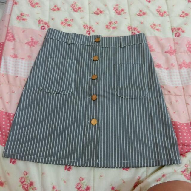 排釦條紋裙