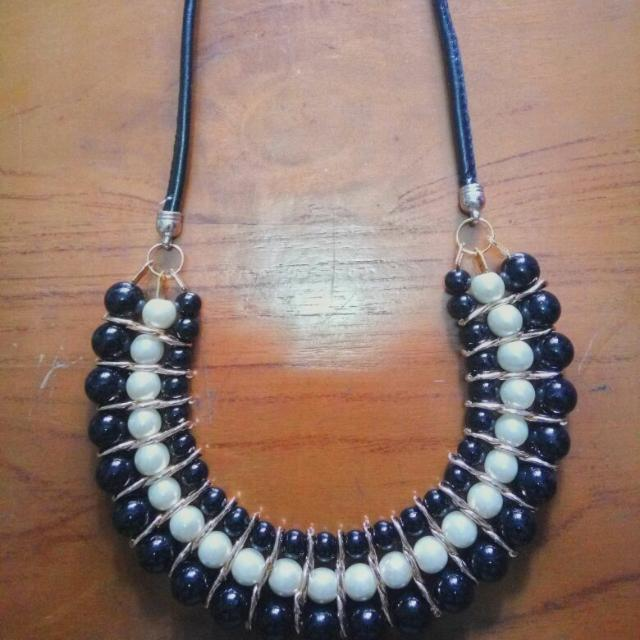 black and white pearl necklace / kalung mutiara