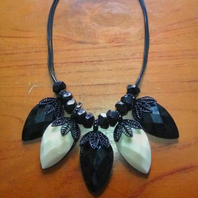monochrome necklace / kalung