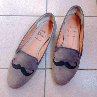 翹鬍子平底鞋
