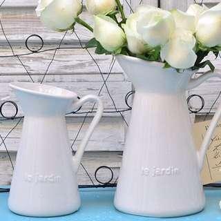 🚚 鄉村風復古法文浮雕白色陶瓷牛奶壼花瓶/斜口鴨嘴花瓶花器/盆裁/婚禮花藝 /居家擺飾/拍照道具