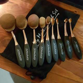 Oval makeup brush set.