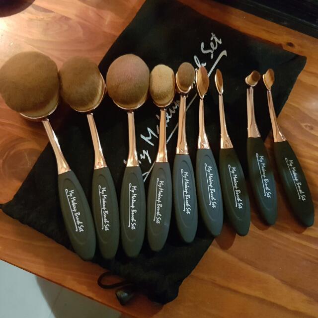 Oval makeup brush set.
