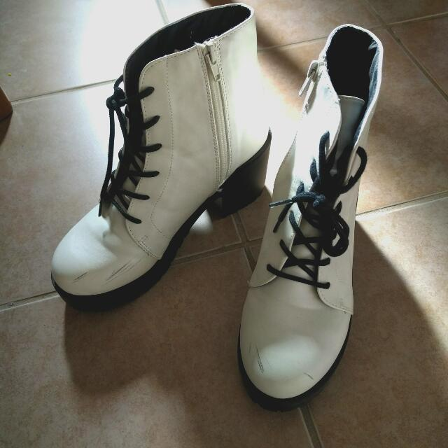 VINTAGE White Boot - SIze 8