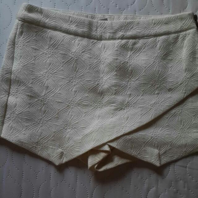 #VeroModa White Textured Shorts With Side Zipper SIZE34