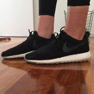 AUTHENTIC Black And White Nike Roshes Size:8