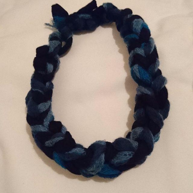 Blue short hand knit necklace