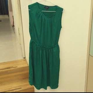 綠色緞面洋裝。