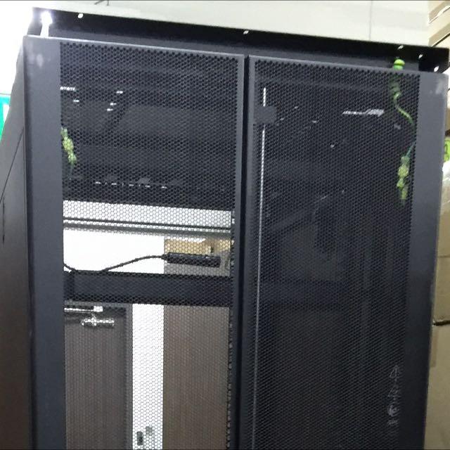 APC AR3100 Rack Enclosure NetShelter 42U (for HP Dell IBM