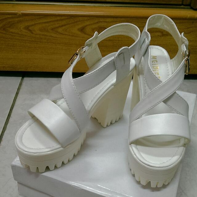 白色高跟楔形鞋