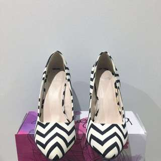 [New] High Heels Stilettos in Black and White Zigzag