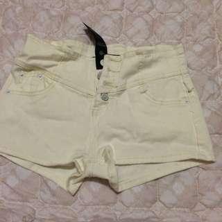 四扣白色牛仔短褲