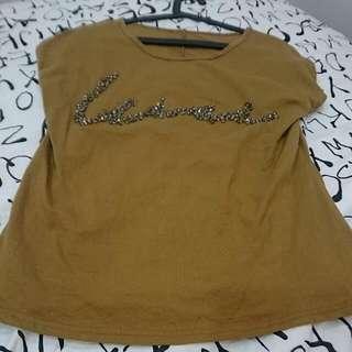 深薑黃 亮鑽字母寬鬆短T  #一百元上衣