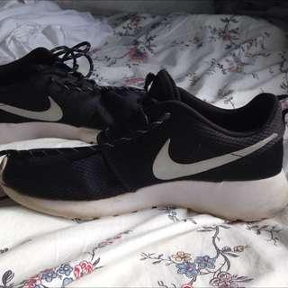 Nike roshe runs black and white