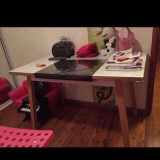 LIKE NEW DESK QUICK SALE