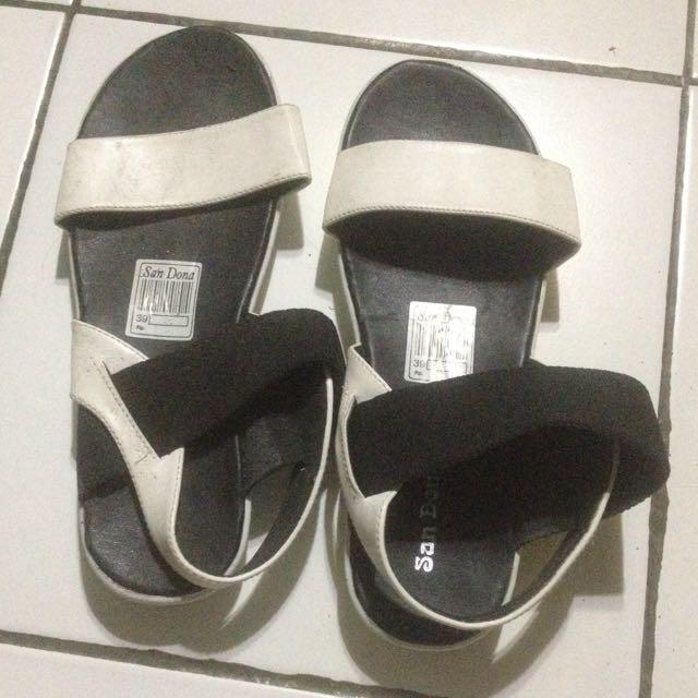sendal black and white