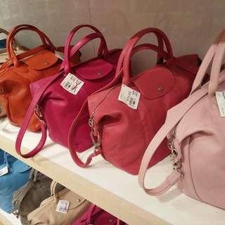 Longchamp法國帶回-小羊皮肩背折疊包-中,圖右二色枚紅珊瑚紅色