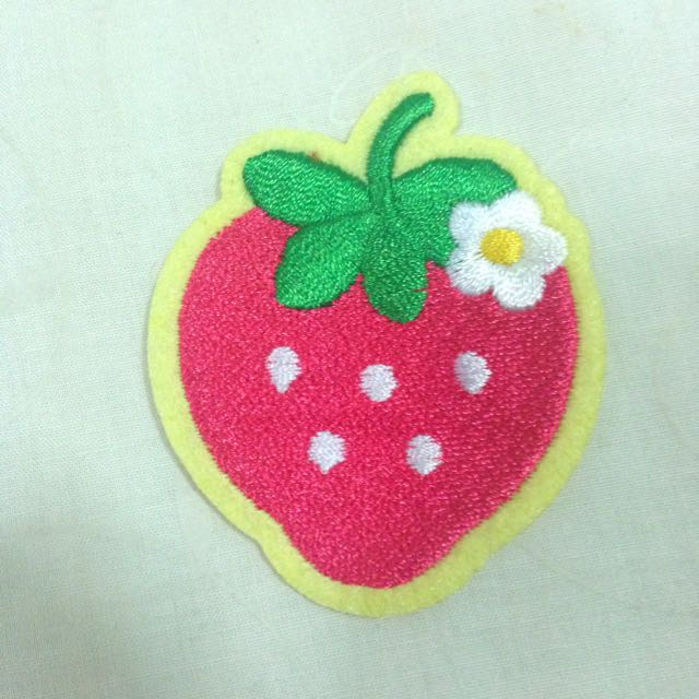 Strawberry Badge (Daiso)