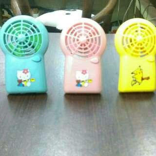 小型涼風扇一個50元,三個100元在送最流行的比皮卡丘小型涼扇