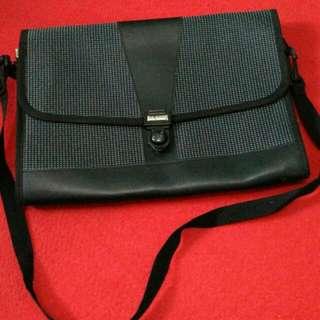 Tas Fashion istimewa, bahan tebal kuat dan solid. Dimensi ukuran : 22 x 32 Warna abu. Bisa untuk tempat laptop maupun keperluan lainnya. Tali dapat dilepas untuk dijadikan tas jinjing.