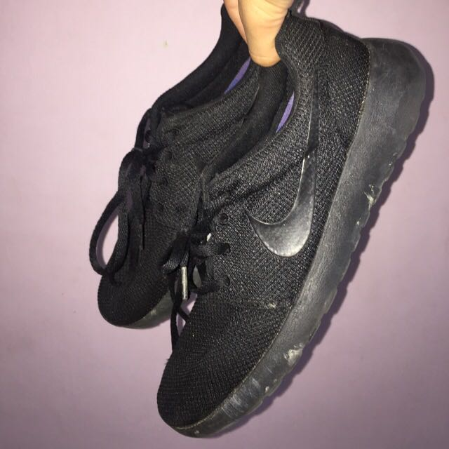 Nike roshe run triple black Us 9