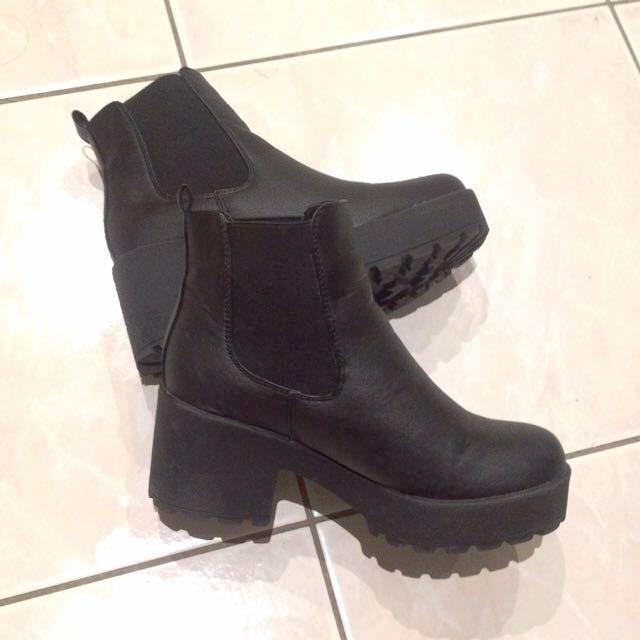 Boohoo Leah Black Heel Cleated Chelsea Boot