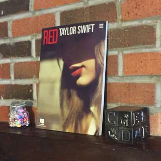 TAYLOR SWIFT - RED (Piano/Vocal/Guitar Artist Songbook)