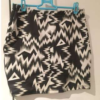 Black & White Skirt size:Small